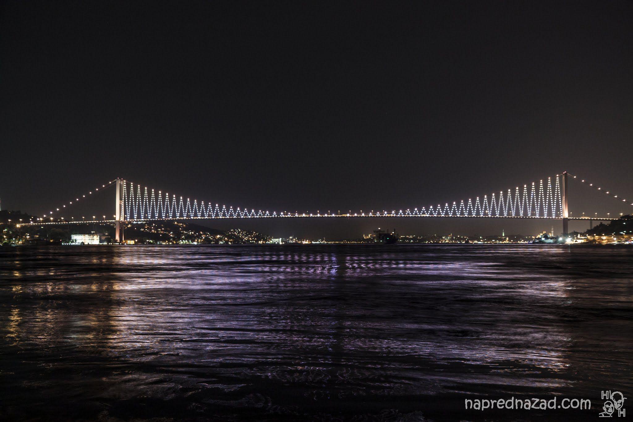 Първият мост над Босфора е красиво осветен през нощта