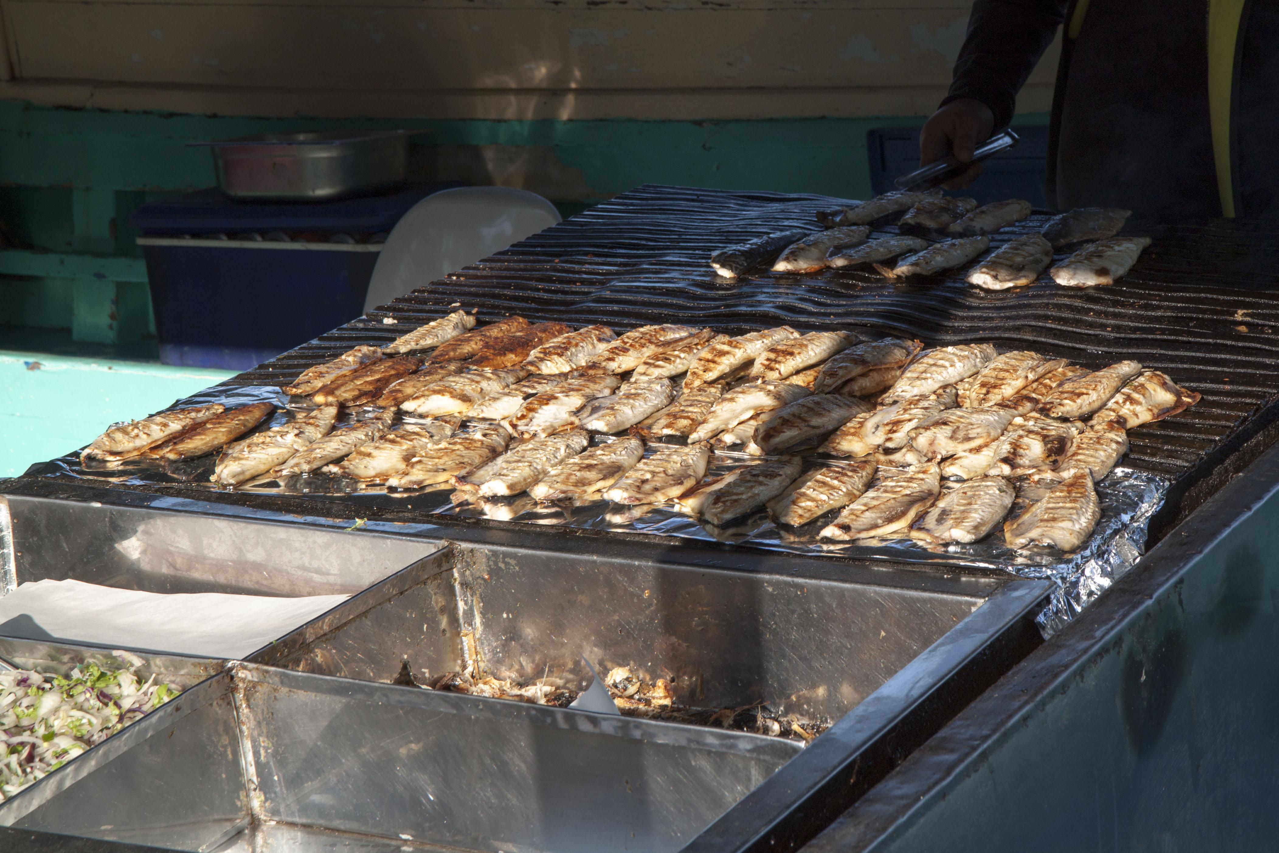 Печена скумрия, която ще се превърне във вкусен сандвич - balık ekmek (буквално риба хляб)