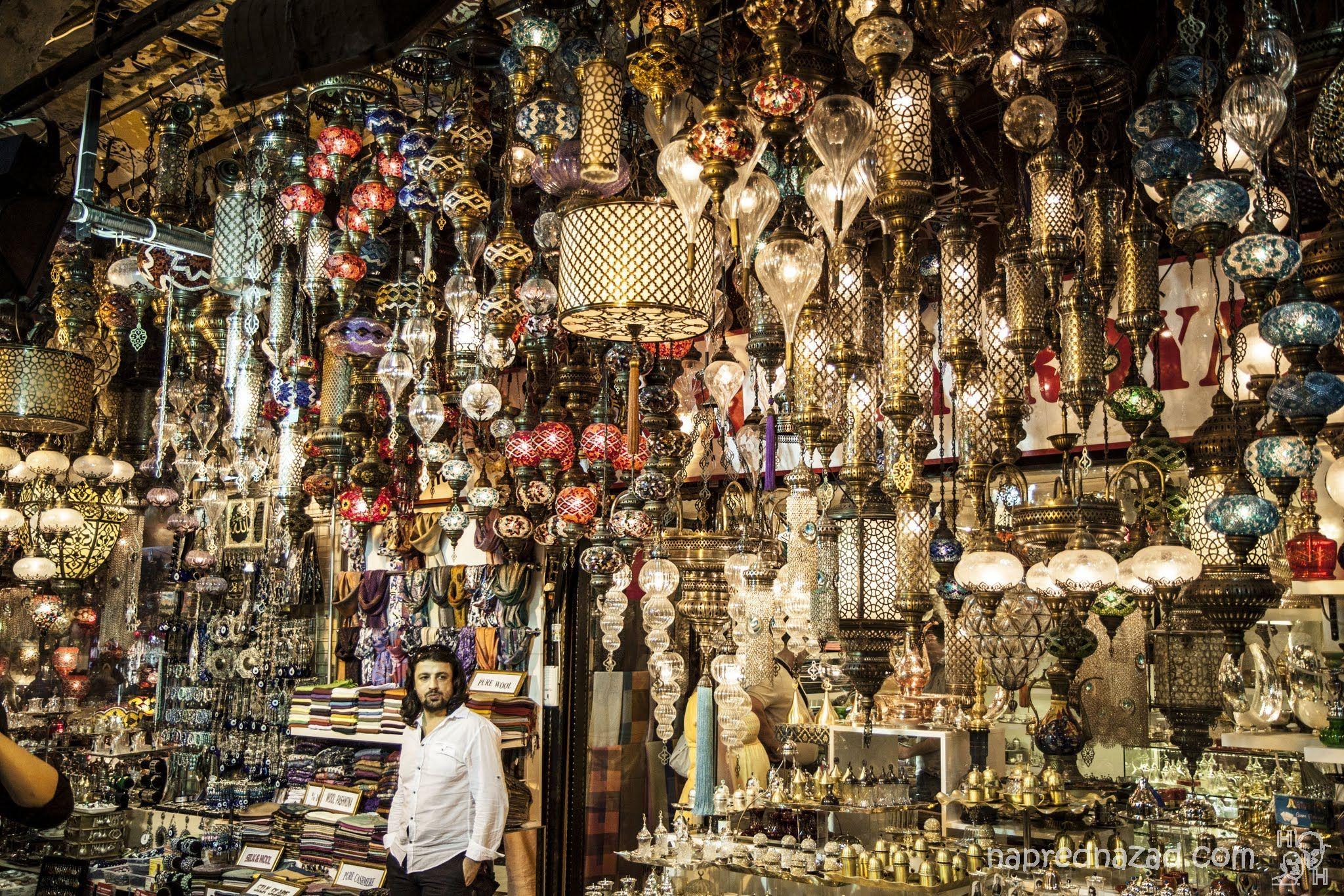 Продавачът на лампи ни се стори също толкова екзотичен, колкото и сергията му