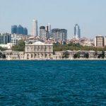 Дворецът Долмабахче ок кораб по Босфора