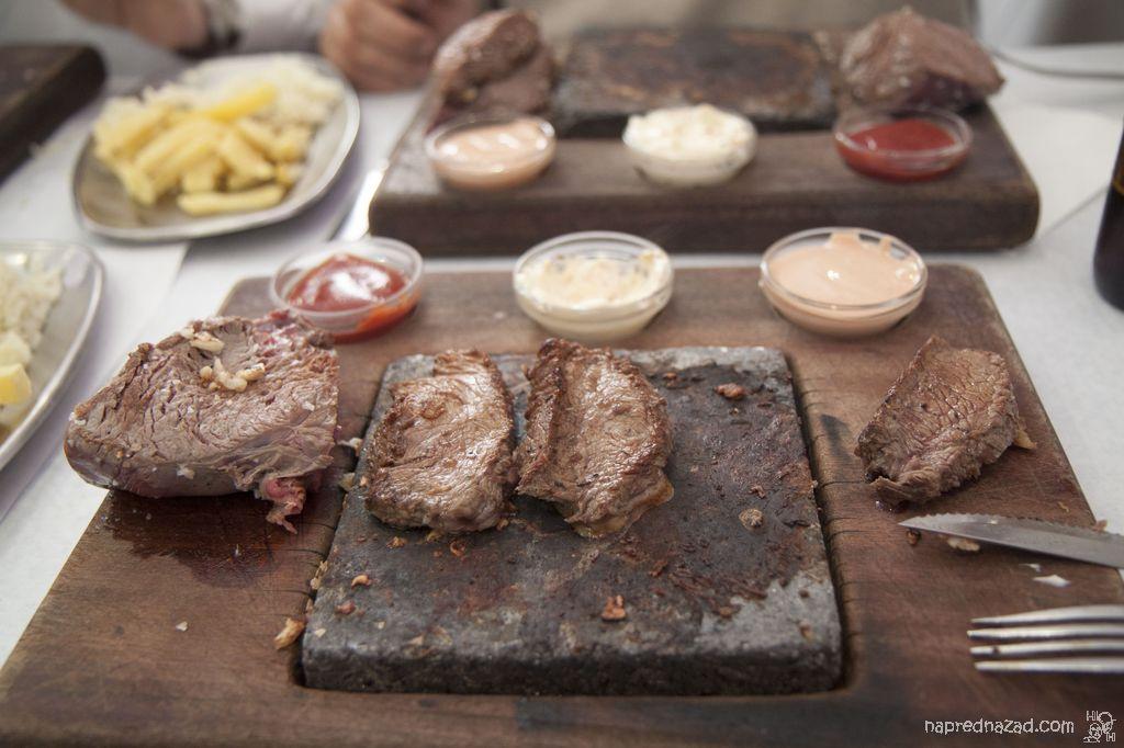 """Парченца месо от """"парчето"""" се пекат на горещата плоча"""