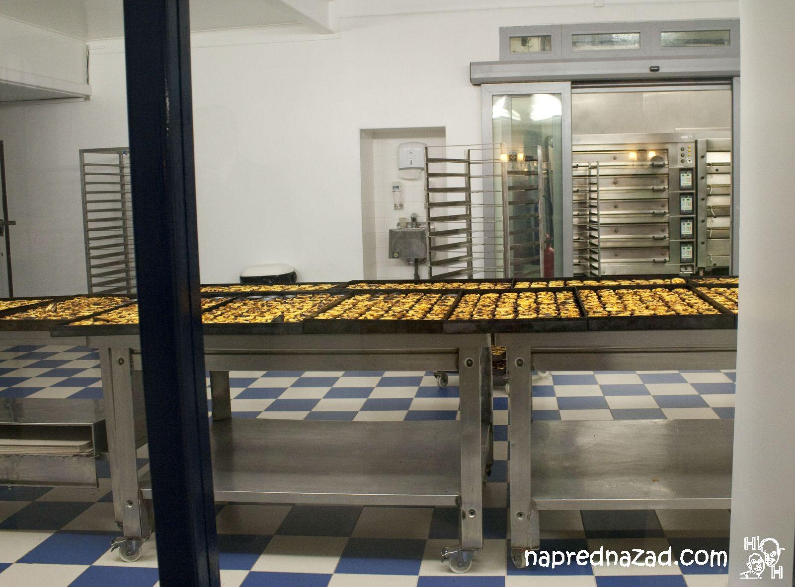 Редове с готови десерти - Pasteis de Belém