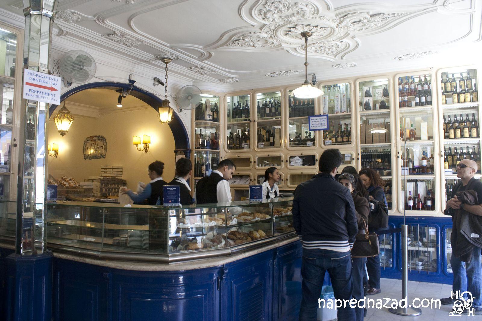 Обстановката в  Pasteis de Belém е автентична и интересна.