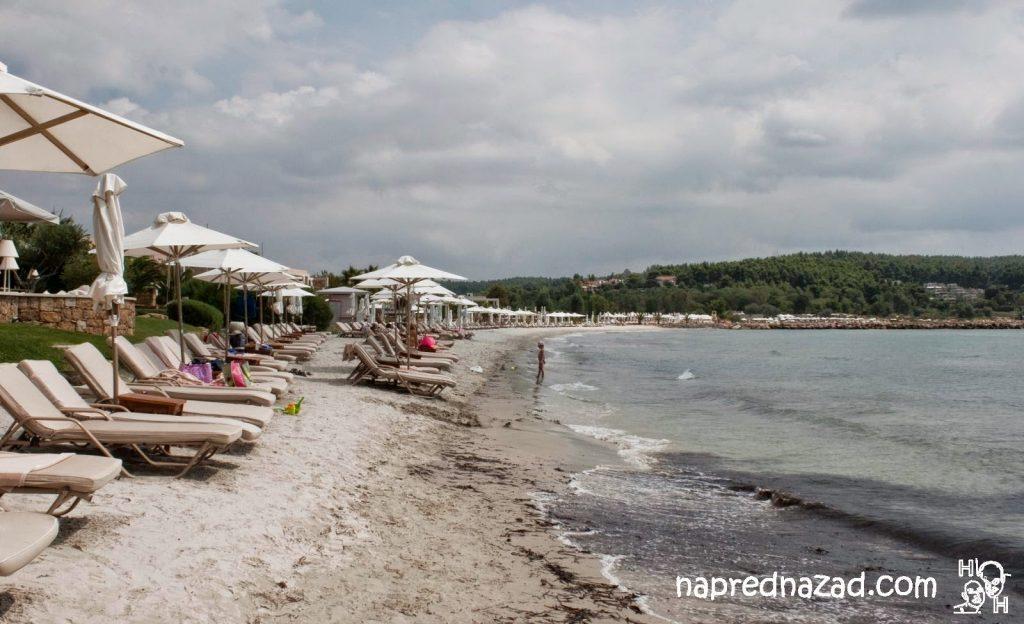 Плажът в Сани, пред един от хотелите - ситен като брашно пясък и плитко синьо море